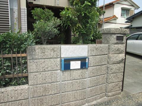 塀に造り付けのポストが壊れていたので取り換えました。