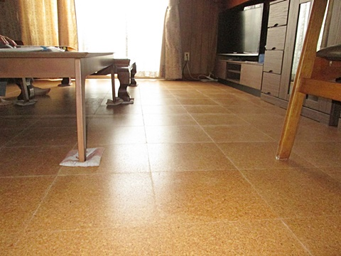 リビングの床にコルクタイルを貼りました。クッション性があり暖か味の有る床に生まれ変わりました。
