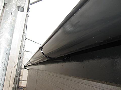 樋、鼻隠し、破風板はブラック色で仕上げました。