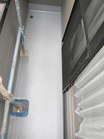 ベランダのFRP防水は、トップコートを2回塗り重ねて仕上げています。
