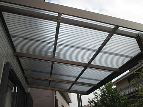 足場を撤去後、テラスの屋根を張り替えました。くすみがなく明るく綺麗になりました。