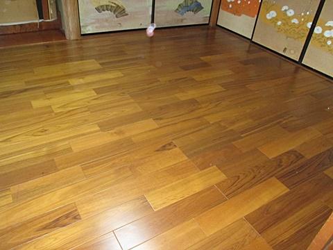 和室は畳からフローリングに変更。高さ調整用の根太を敷き、隙間に断熱材を充填後に、二重張りの丈夫な床を造りました。使い勝手が良く、お掃除も楽なお部屋になりました。