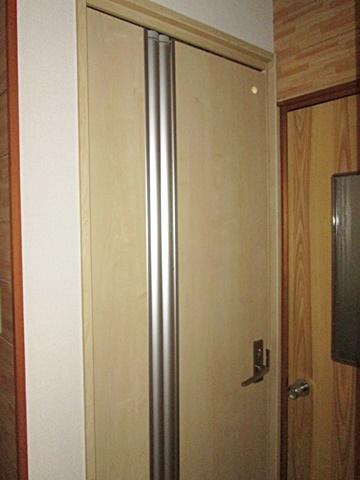 洗面所の扉を折戸タイプに取り替えました。従来より動作範囲が狭く、スペースを有効に利用することが出来ます。
