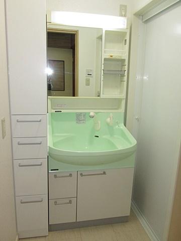 洗面化粧台は既設を再利用、サイドキャビネットを新たに追加し収納力をアップしました。ホワイトを基調とした内装で明るい印象になりました。