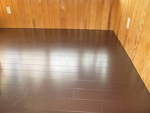 もう一室の洋室は既設の床をはがし、フローリングを貼り替えました。落ち着いた色合いの床板で重厚感が有ります。