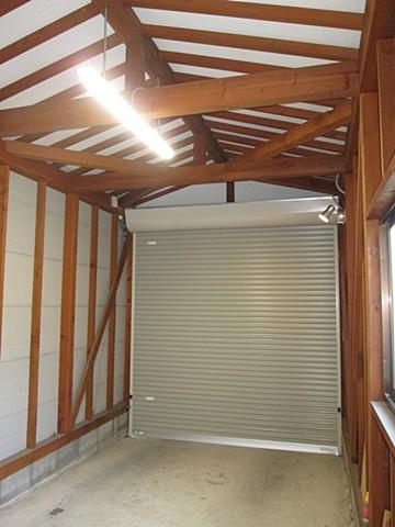 車庫内部に照明を取付、夜間でも使い易くしました。