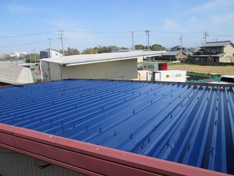 倉庫の屋根は下塗り(錆止め)後にヤネフレッシュSiで仕上げました。