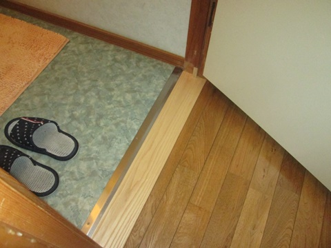 トイレドアの敷居を取り替え、バリヤフリーとなりました。