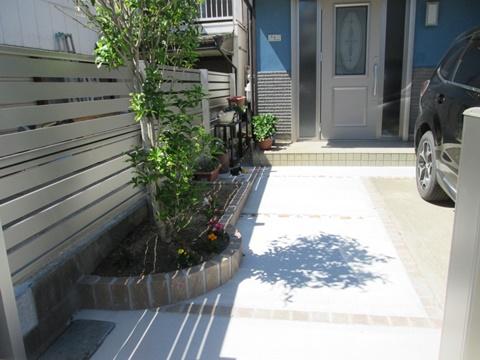アプローチをコンクリート舗装とし駐車場と一体としました。スッキリと広くご利用いただけます。