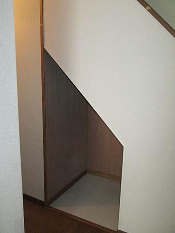 階段下に物入を造作しました