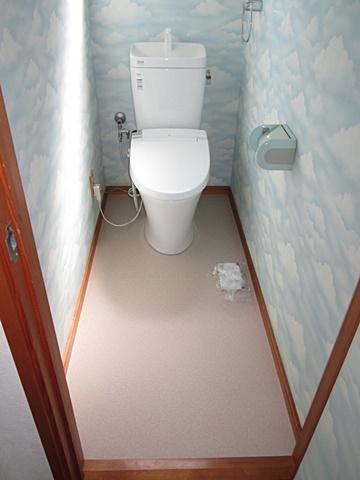 2階トイレは、クッションフロアーを貼り替え便器を取り替えました。最新のシャワートイレで使い勝手が良くなっています。