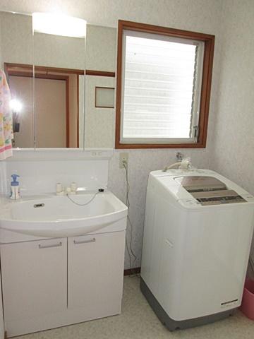 洗面所は床・壁・天井を貼り替え明るく綺麗な空間に生まれ変わりました。洗面化粧台は、タカラ「ウィット」でシンプルで使い易くなっています。
