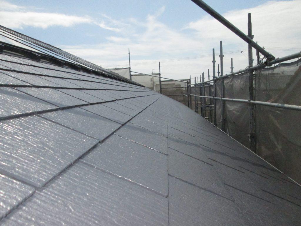 塗装に先立ち高圧洗浄を行いました。屋根は下塗りとヤネフレッシュSiを2回塗り重ねました。シリコンを計3回塗装することで丈夫な塗膜を形成しました。
