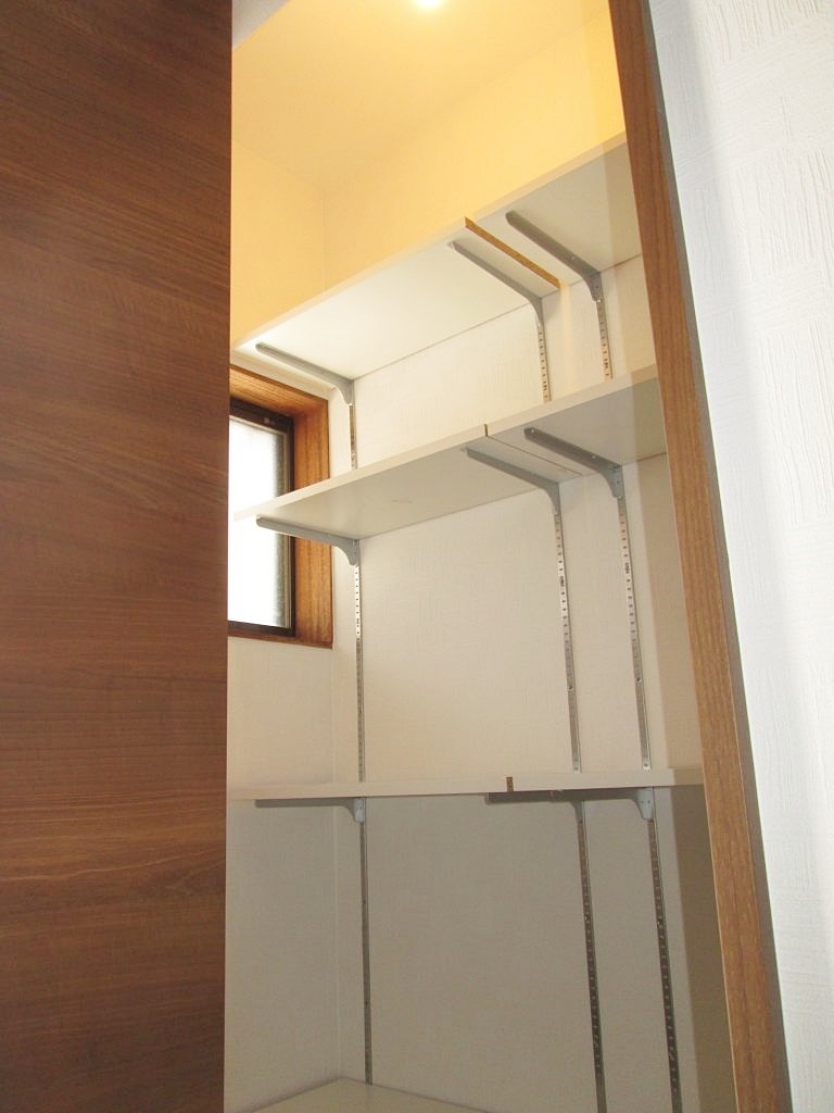 玄関わきにあった使用していないトイレをクロークに変更しました。既設を解体、配管を撤去後に造作を行い、クローク内部はタイルで仕上げ可動式の棚を設けて使い勝手に配慮しました。