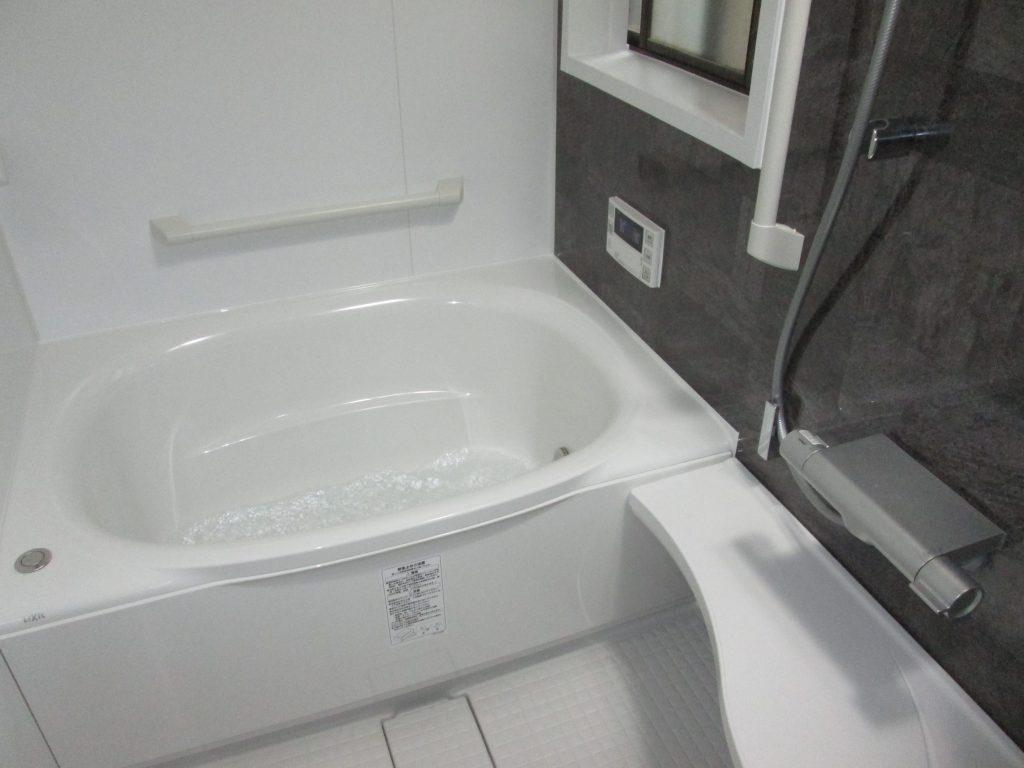 在来の浴室(ステンレス浴槽・タイル張り)から、ユニットバスに変更しました。既設を解体して土間コンクリートを打設後、ユニットバスを設置しました。冬暖かくお手入れのしやすい浴室となり、お客様にお喜び頂けました。