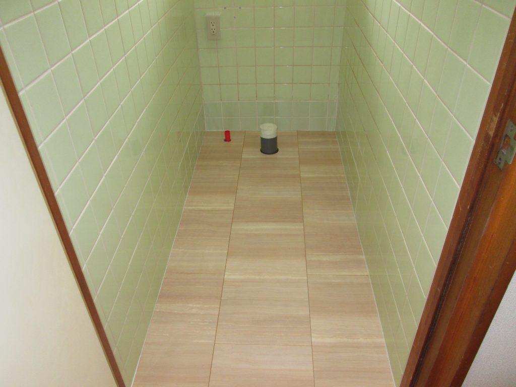 和式兼用トイレを洋式トイレに。ほかクロスの貼り換えをしました