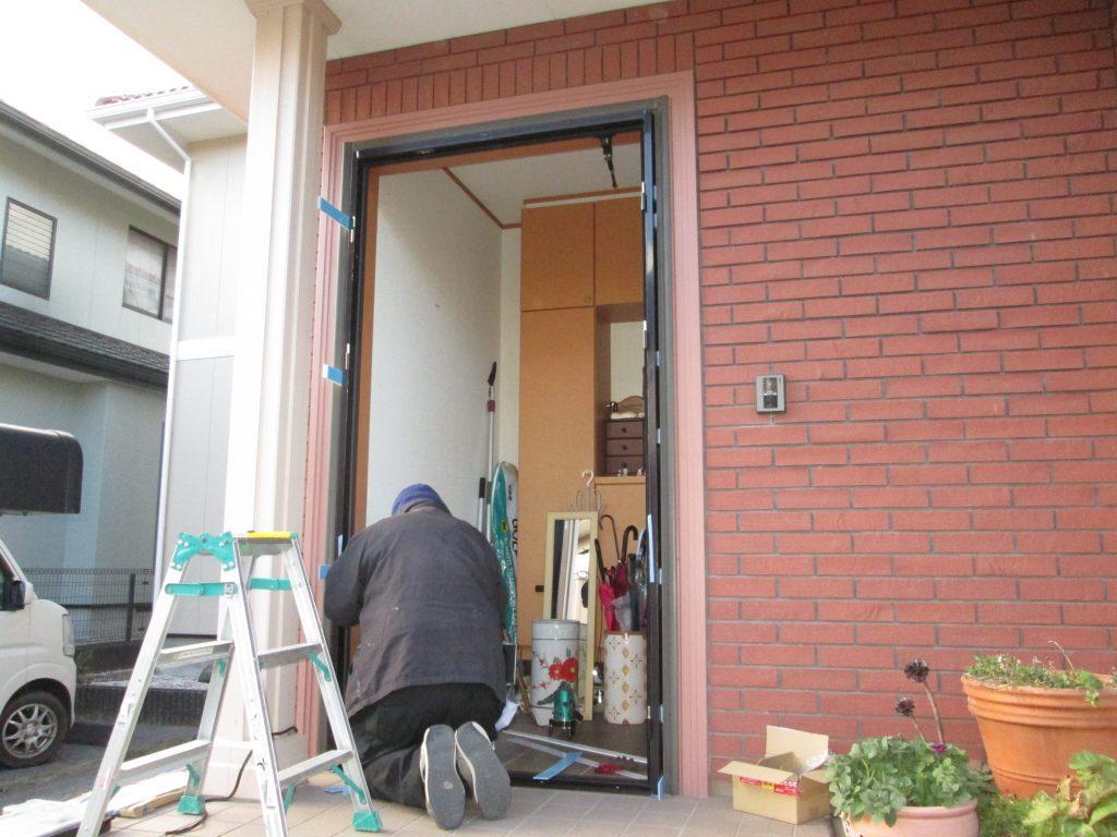 玄関ドアとレンジフードの取り換えをしました