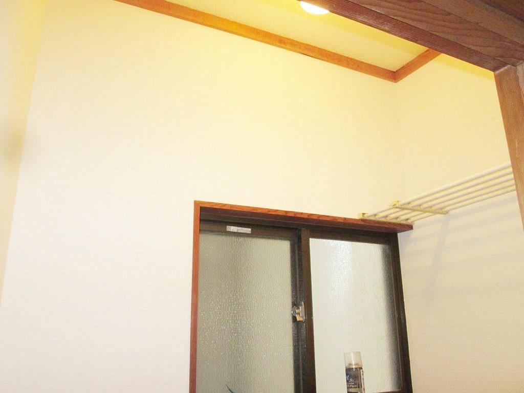 玄関サッシとレンジフードの交換、化粧ボードをクロス仕上げにしました