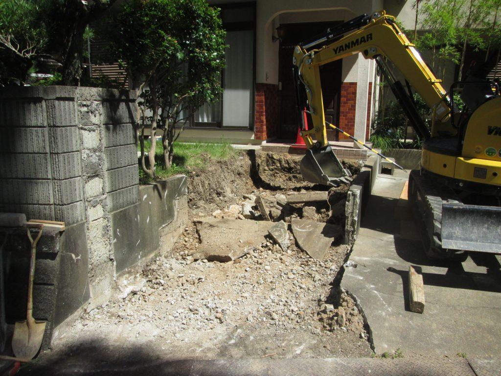 門柱を撤去して駐車場を拡張しました